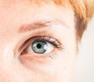 Nahaufnahme des weiblichen Auges stockfotos