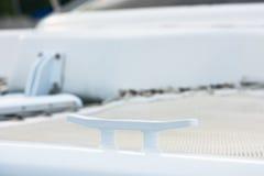 Nahaufnahme des weißen Bügelen auf einem Dockpier Stockbilder