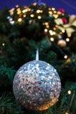 Nahaufnahme des Weihnachtsballs hängend am Weihnachtsbaum Lizenzfreie Stockfotos