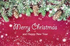 Nahaufnahme des Weihnachtskartenkonzeptes mit Baumdekorationen stockfotografie
