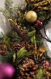 Nahaufnahme des Weihnachtskranzes mit Bällen Lizenzfreie Stockfotos