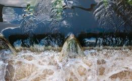 Nahaufnahme des wirbelnden Wassers an einem Wehr Lizenzfreie Stockbilder