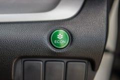 Nahaufnahme des wirtschaftlichen Knopfes in einem Auto lizenzfreie stockbilder