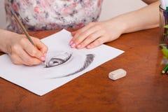 Nahaufnahme des Zeichnens des menschlichen Auges am Schreibtisch Stockfoto