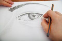 Nahaufnahme des Zeichnens des menschlichen Auges am Schreibtisch Stockfotografie