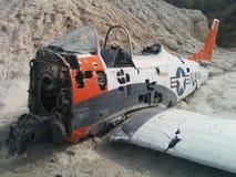 Nahaufnahme des zerschmetterten Marineflugzeugs auf kleinem Wüstenhügel stockfotos