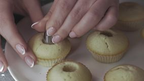 Nahaufnahme, die Hände der Frau machen Löcher in den kleinen Kuchen stock video