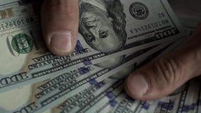 Nahaufnahme - die Hände der Männer, die aus Dollarscheinen zählen stock video footage