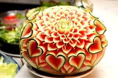 Nahaufnahme die Kunst der Wassermelone Frucht schnitzend Stockbild