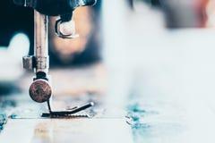 Nahaufnahme die Nähmaschine und das Einzelteil von Kleidung, alte Nähmaschine, Weinleseart Technologieideenhintergrund stockfotos