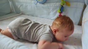 Nahaufnahme, Draufsicht eines kleinen Kleinkindes im Krippenlachen Glückliche Kindheit, kindische Freude, die ersten Schritte im  stock video