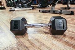 Nahaufnahme dumbell auf dem Boden im Fitness-Club mit Spiegelreflexion, Eignungskonzept Stockbilder
