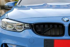 Nahaufnahme ein Scheinwerfer des Sport-Blauautos BMWs M4 Lizenzfreies Stockbild