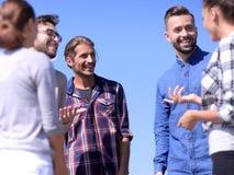 nahaufnahme ein Team von Freunden bespricht sich lizenzfreie stockfotografie