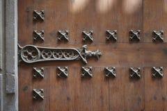 Nahaufnahme eine Klinke auf einer Holztür Stockbild