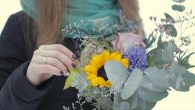 Nahaufnahme, einen Blumenstrauß von Blumen an einem Wintertag halten stock video