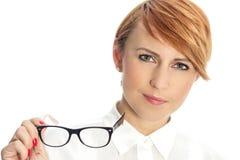 Nahaufnahme einer überzeugten jungen Geschäftsfrau mit Gläsern Lizenzfreie Stockbilder