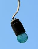 Nahaufnahme einer alten grün-farbigen Glühlampe, die an einem Draht hängt Stockfotos