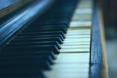 Nahaufnahme einer alten Klaviertastatur Lizenzfreie Stockfotografie