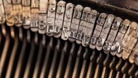 Nahaufnahme einer alten Retro- Schreibmaschine mit Papier Stockfoto