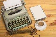 Nahaufnahme einer alten Schreibmaschine mit Papier Lizenzfreies Stockbild