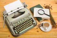 Nahaufnahme einer alten Schreibmaschine mit Papier Lizenzfreies Stockfoto