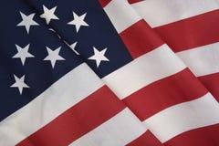 Nahaufnahme einer amerikanischen Flagge mit Falten, für patriotischen Feiertag stockfotografie