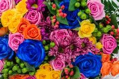 Nahaufnahme einer blauen Rose, der Chrysantheme und der Strauchrose in einem bouqu Lizenzfreie Stockfotos