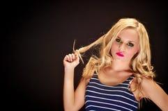 Nahaufnahme einer blonden Frauenaufstellung lizenzfreie stockfotos