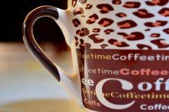 Nahaufnahme einer braunen keramischen Schale geschrieben mit KAFFEE Stockfoto