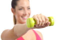 Nahaufnahme einer Eignungsfrau, die Gewichte tuend trainiert Lizenzfreies Stockbild