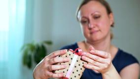 Nahaufnahme einer Frau, die ein Geschenk hält stock footage