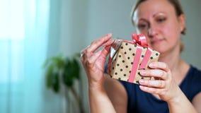 Nahaufnahme einer Frau, die ein Geschenk hält stock video footage