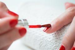 Nahaufnahme einer Frau, die ihre Nägel malt Stockfoto