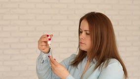 Nahaufnahme einer Frau, die Insulin in einer Insulinspritze aufhebt stock video