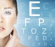 Nahaufnahme einer Frau mit einer Laser-Optometrie Stockbild
