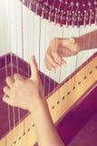 Nahaufnahme einer Frau, welche die Harfe spielt Stockfoto