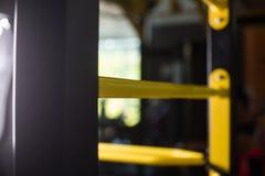 Nahaufnahme einer gelben schwedischen Leiter auf einem unscharfen Hintergrund Metallschwedeleiter Turnhalleninnenraum Active träg Lizenzfreie Stockfotos