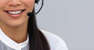 Nahaufnahme einer Geschäftsfrau, die Kopfhörer verwendet lizenzfreie stockfotografie