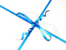Nahaufnahme einer Geschenkbox mit blauem Band und Bogen Stockbilder