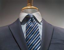 Graue gestreifte Jacke mit blauem gestreiftem Hemd und Bindung Stockbild