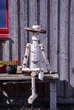 Nahaufnahme einer hölzernen Marionette gemacht durch Baum-Stamm Stockbild