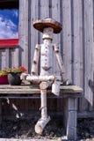 Nahaufnahme einer hölzernen Marionette gemacht durch Baum-Stamm Lizenzfreie Stockbilder