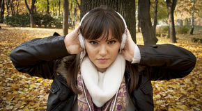 Nahaufnahme einer hörenden Musik der schönen Frau stockfotografie