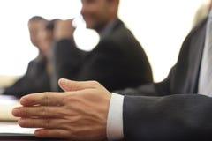 Nahaufnahme einer Hand im Geschäft lizenzfreie stockfotos
