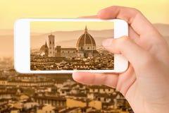 Nahaufnahme einer Hand mit dem Smartphone, der ein Foto von Florenz mit der Basilika Santa Maria del Fiore Duomo, Toskana Italien Stockfotos