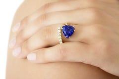 Nahaufnahme einer Hand mit einem Designer Ring von Tanzanite Lizenzfreie Stockfotografie