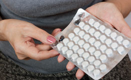Nahaufnahme einer Hand mit Pillen Lizenzfreie Stockfotos