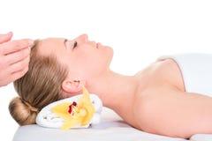 Nahaufnahme einer jungen Frau, die Badekur erhält Badekurorthaut und -Körperpflege Nahaufnahme von GE der jungen Frau lizenzfreie stockbilder