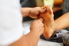 Nahaufnahme einer jungen Frau, die Badekur erhält Körperhautpflege Masseur, der Füße massiert Badekurort Lizenzfreies Stockfoto